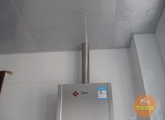 燃气热水器和吊顶接缝处